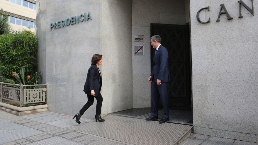 El presidente de Canarias, Fernando Clavijo, y la vicepresidenta del Gobierno central, Soraya Sáenz de Santamaría, este lunes