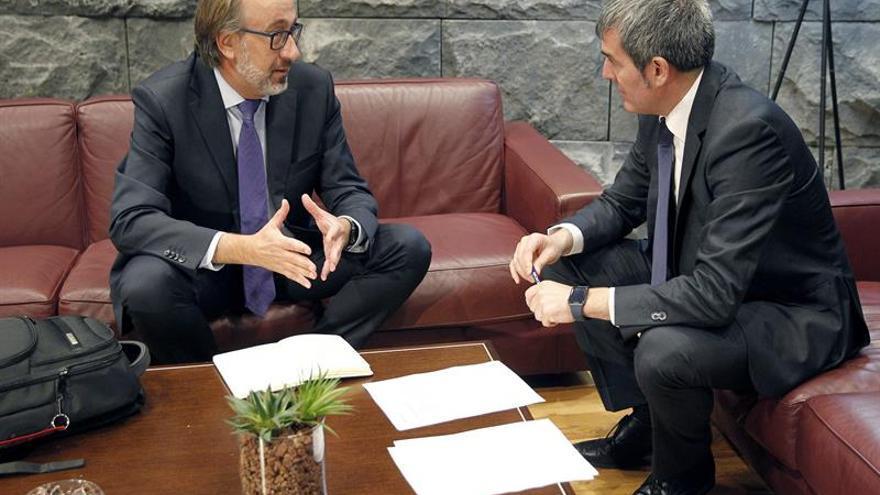 El presidente del Gobierno de Canarias, Fernando Clavijo (d), junto al presidente de Iberia Express, Fernando Candela