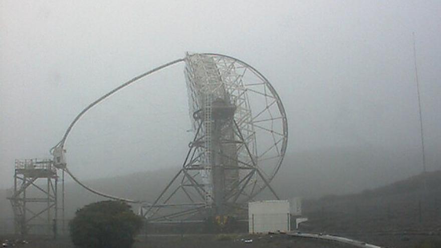 En la imagen, uno de los telescopios MAGIC del Observatorio de El Roque, este domingo, envuelto por la neblina. (Imagen captada de la webcam de los MAGIC.