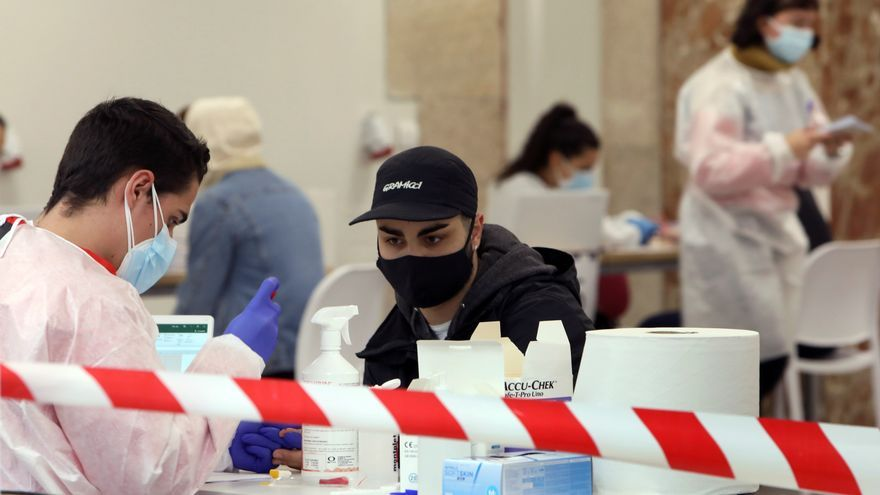 Galicia reduce contagios y casos activos y mantiene la presión asistencial