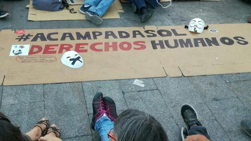 Pancartas en la Puerta del Sol, el 8 de octubre de 2017. Foto: Stop Mordazas