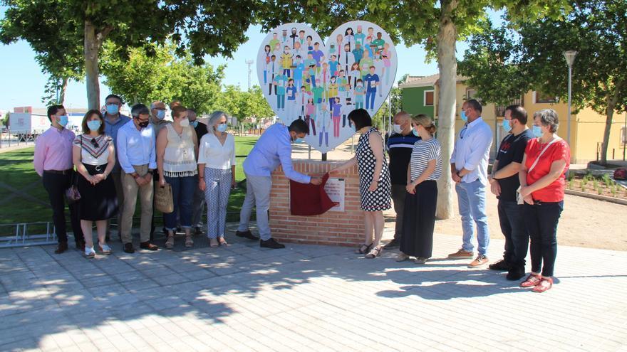 Alcázar de San Juan homenajea a sus sanitarios con una estatua frente al Hospital Mancha Centro