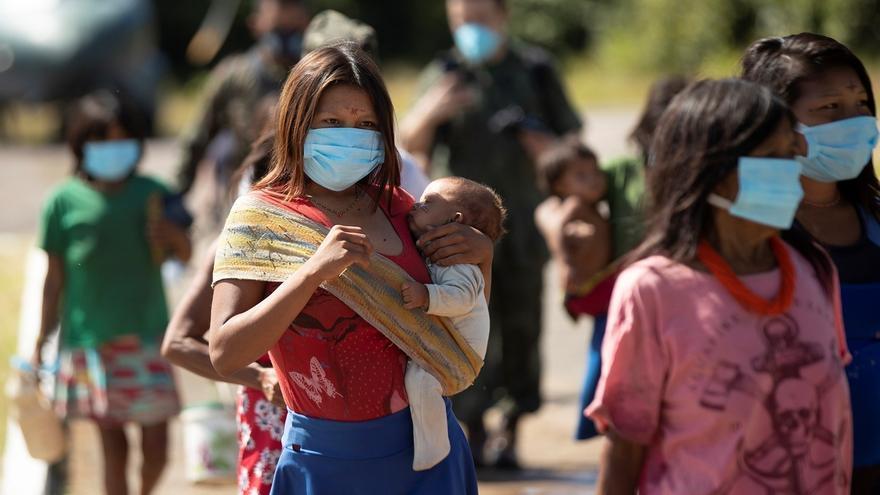 Indígenas de los grupos étnicos YeKuana y Yanomami llegan al batallón especial fronterizo en Auaris (AM) para recibir atención médica de las Fuerzas Armadas, que se encuentran en la región tomando pruebas rápidas para detectar el COVID-19, este martes en Auaris (Brasil).