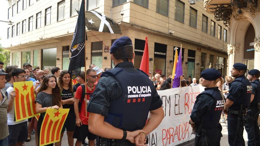 """Unos 150 independentistas esperan a Rajoy en Lleida coreando """"el 1 de octubre votaremos"""""""