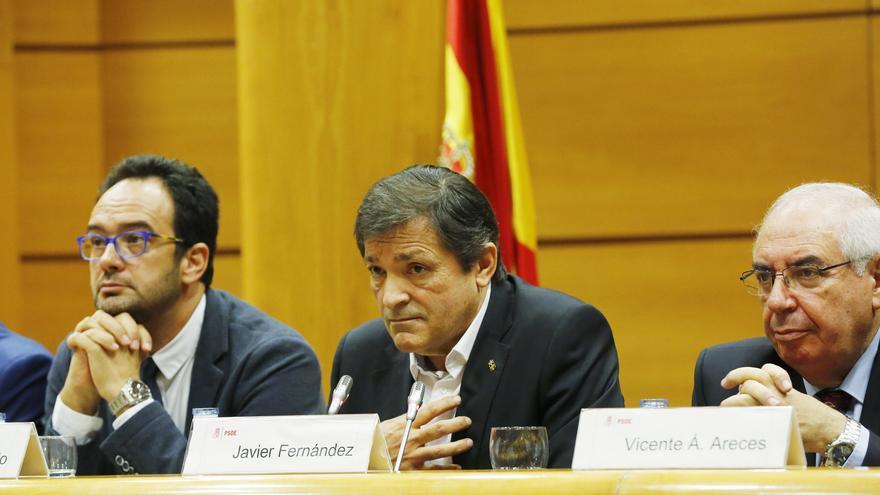 Javier Fernández junto a los portavoces en el Congreso y el Senado, Antonio Hernando y Tini Areces