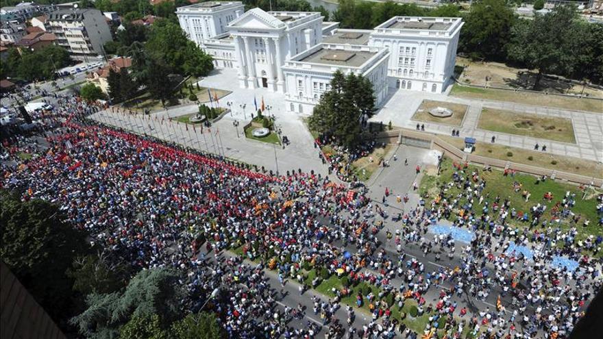 Miles de macedonios piden la dimisión del primer ministro por las escuchas
