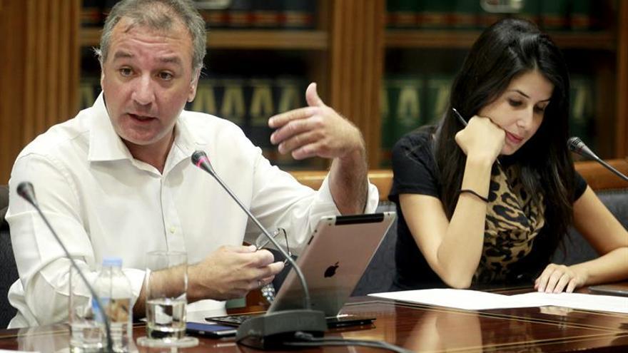 El diputado de Nueva Canarias, Luis Alberto Campos Jiménez, interviene en la comisión parlamentaria en la que comparece la consejera de Educación del Gobierno de Canarias