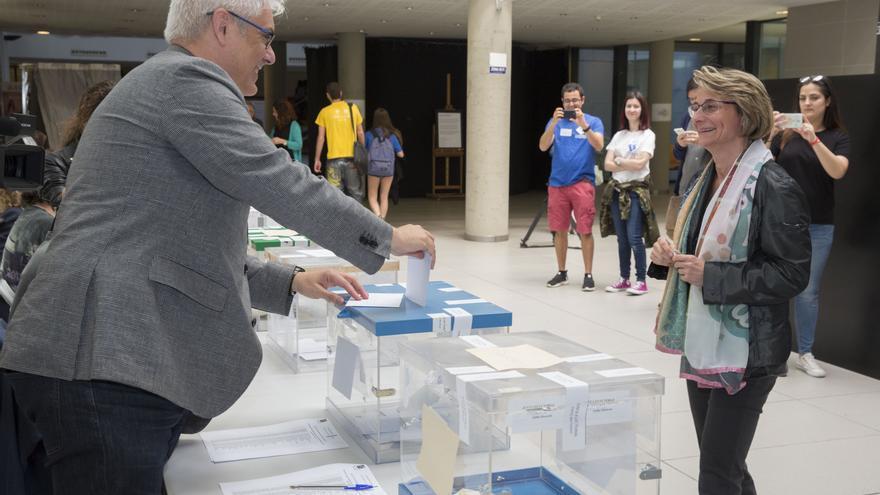 Eva Alcón, única candidata a las elecciones al Rectorado de la UJI, ejerce su derecho al voto.