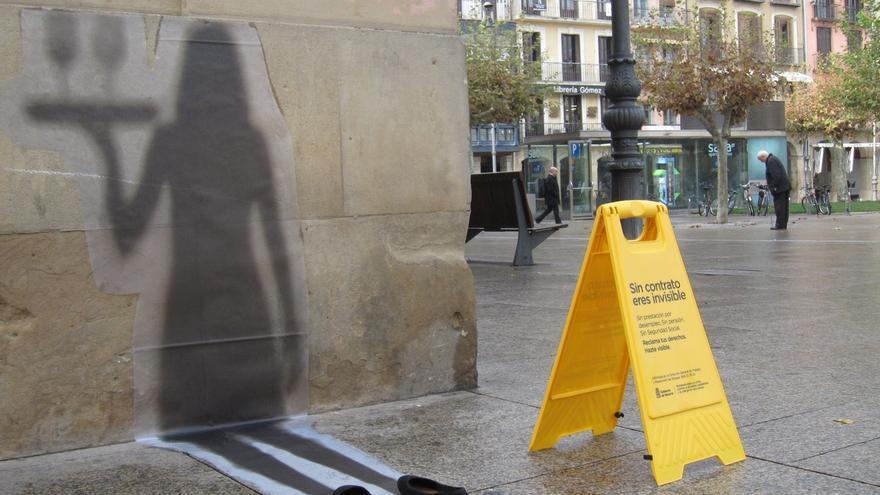 Una veintena de sombras de vinilo se instalan en Pamplona en el marco de una campaña contra el empleo no declarado