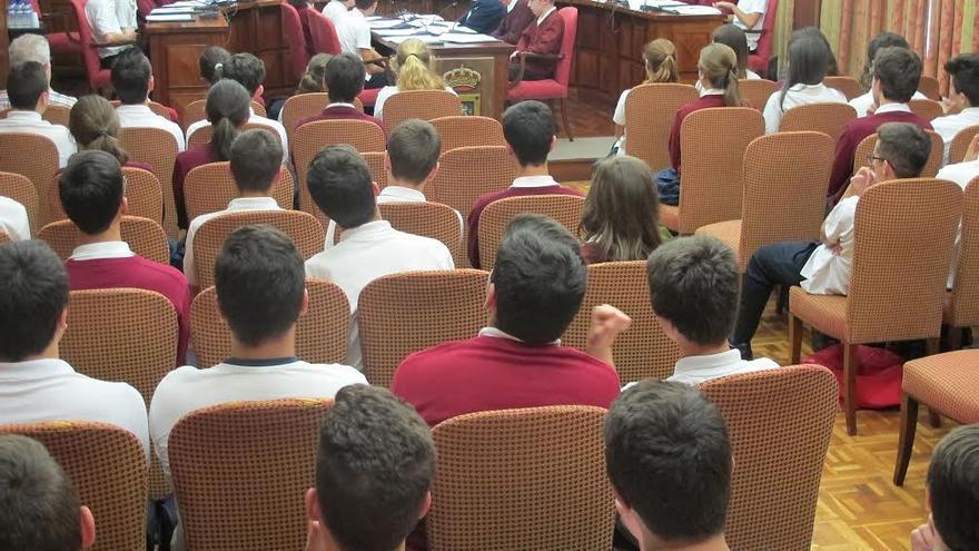 Alumnos de Colegio Santo Domingo de Guzmán de Santa Cruz de La Palma, bajo la presidencia de Anselmo Pestana, han celebrado una 'sesión plenaria' en el Cabildo.