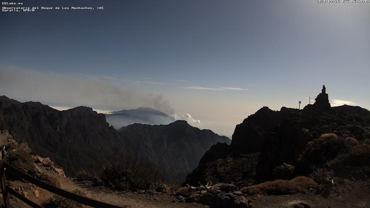 Cumbres de La Palma, este  domingo, de septiembre, con la nube de cenizas del volcán de La Palma. Imagen captada de la webcam del IAC en el Roque de Los Muchachos.