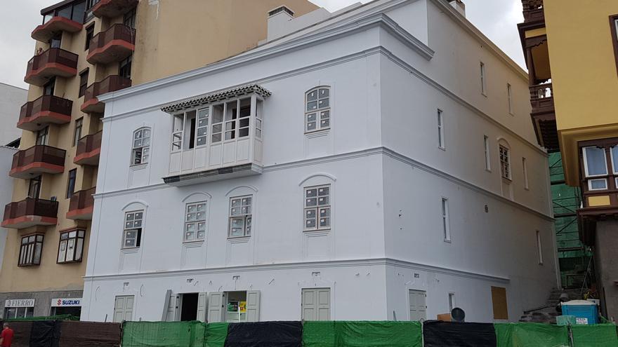 En la imagen de este jueves, el nuevo hotel emblemático que se última en la Avenida Marítima de Santa Cruz de La Palma. Foto: LUZ RODRÍGUEZ.
