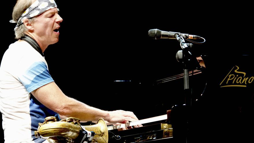 La innovación de su sexta visita estuvo en tocar el piano y cantar, además de nuevos temas