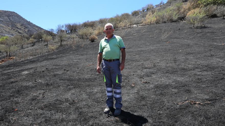 José Antonio, vecino de Gáldar afectado por el incendio del 10 de agosto, junto a sus terrenos calcinados.