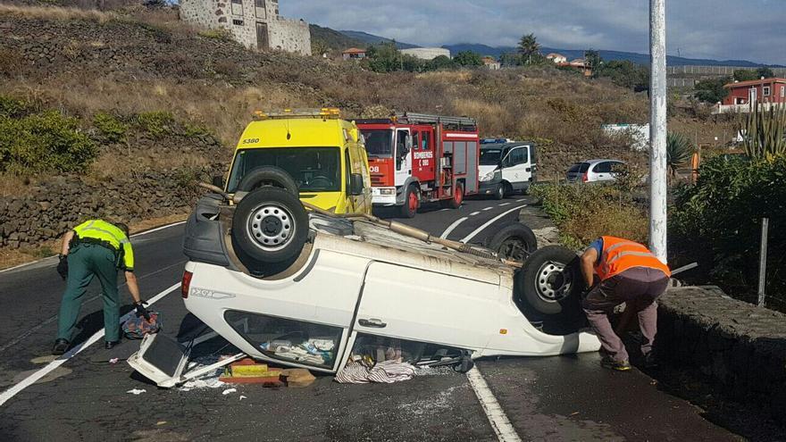Estado en que que quedó el coche volcado. Foto: BOMBEROS LA PALMA