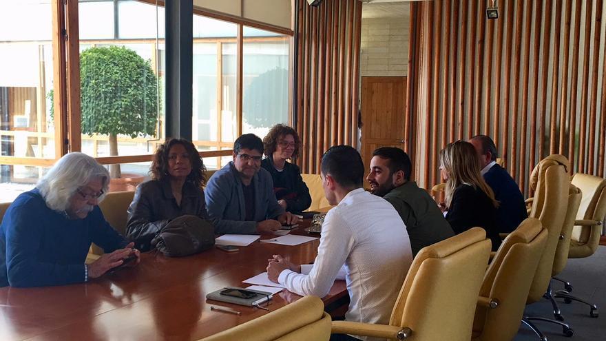 Representantes de Guanyar Alacant y del PSPV-PSOE en su reunión de este jueves.
