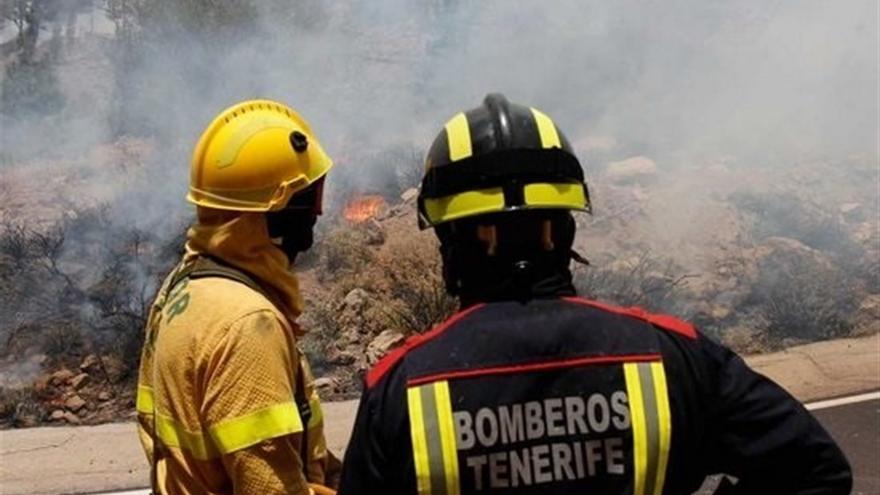 Personal de extinción de incendios forestales en la zona afectada por el fuego