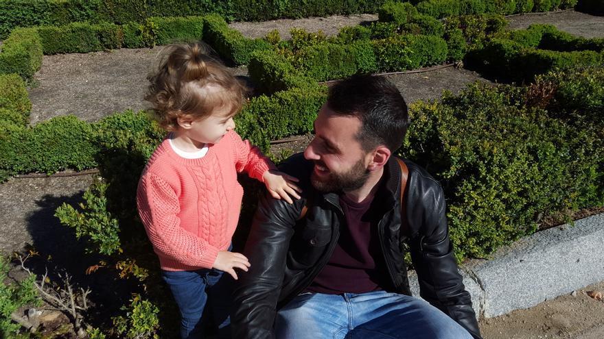 Adrián Cordellat junto a su hija.