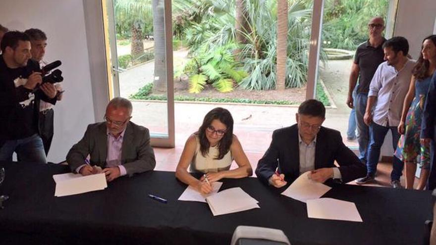 Antonio Montiel (Podemos), Mónica Oltra (Compromís) y Ximo Puig (PSPV)  han firmado l'Acord del Botànic