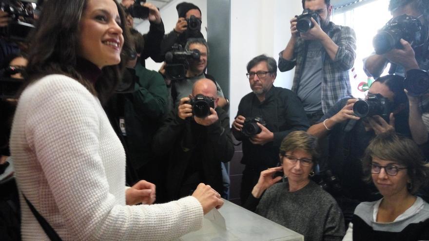 """Arrimadas llama a """"inundar las urnas"""" para recuperar la convivencia en Cataluña"""