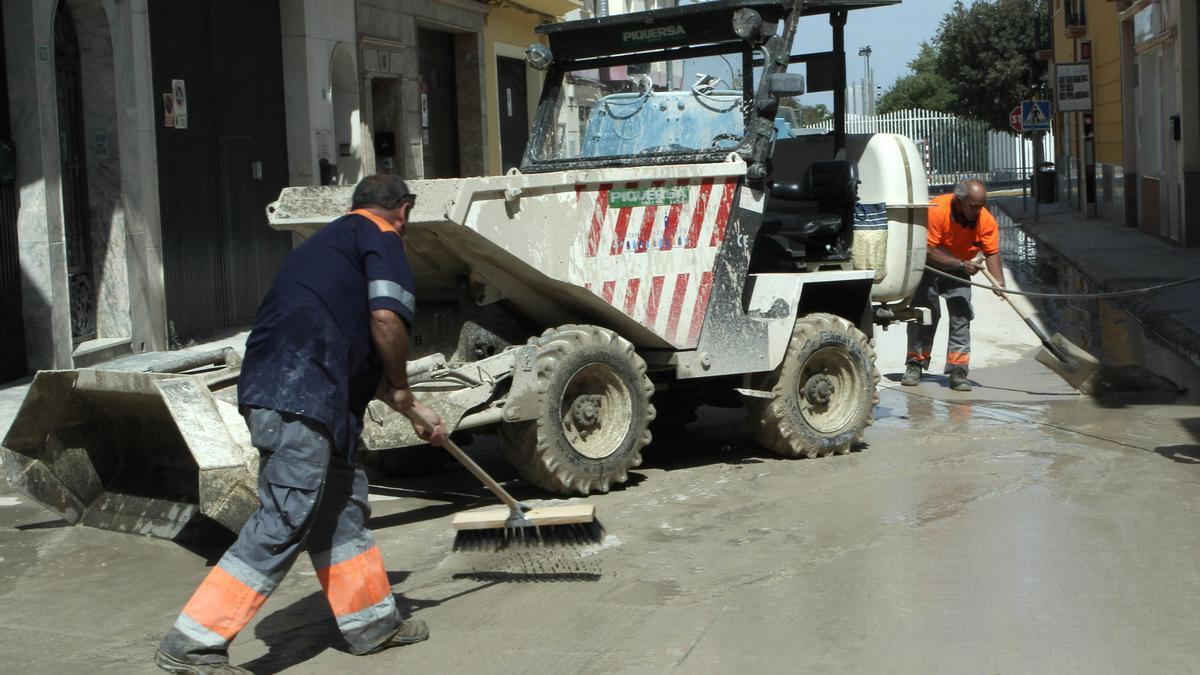 Operarios en trabajos de limpieza en Lucena