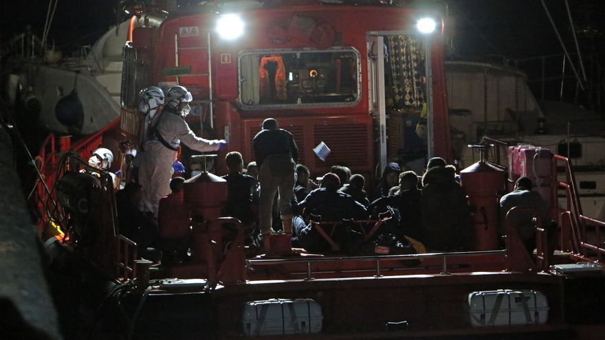 Salvamento rescata a cerca de 300 personas a bordo de 13 pateras a primeras horas de este martes