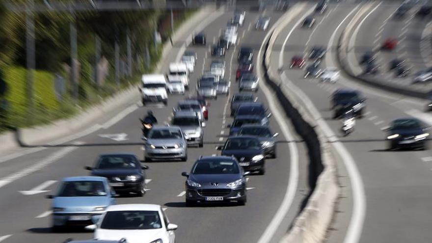 Un socavón obliga a cortar la A6 en sentido Madrid y provoca 4 km de atasco