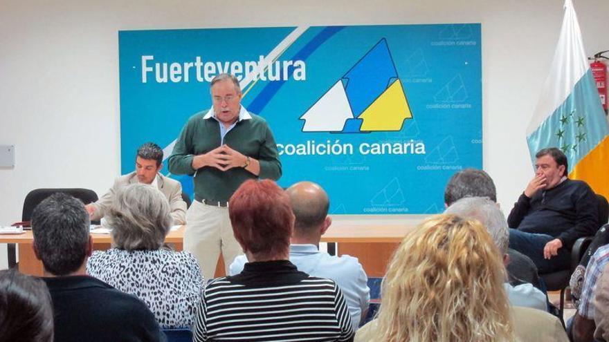 Domingo Berriel, en la sede de CC en Fuerteventura. A la derecha, Herrera Velázquez. (FACEBOOK CC FUERTEVENTURA)