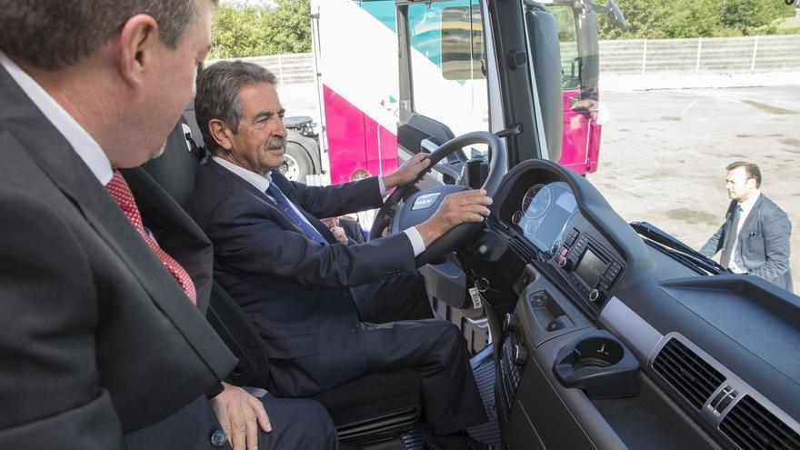 """Revilla considera """"un orgullo"""" que una empresa cántabra como Transportes Lasarte sea """"puntera y pionera"""" en el mundo"""
