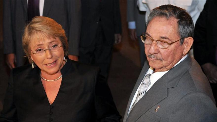 Raúl Castro invita a Bachelet a la Cumbre de la Celac en La Habana