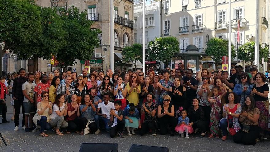 La Plaza del Salvador acogió un 'flashmob' con motivo de la Semana del Refugiado
