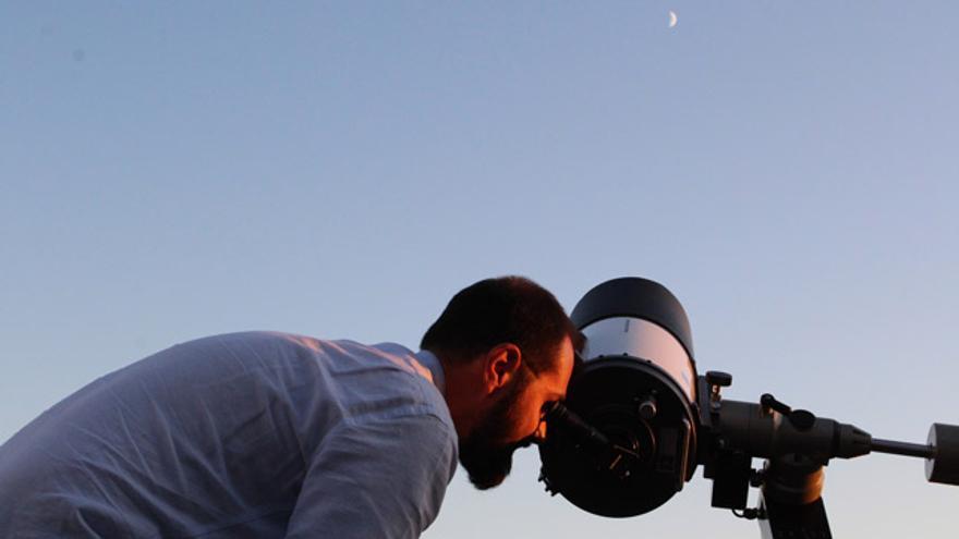Uno de los asistentes a la noche de observación astronómica organizada por la Fundación Jiménez Díaz la semana pasada.