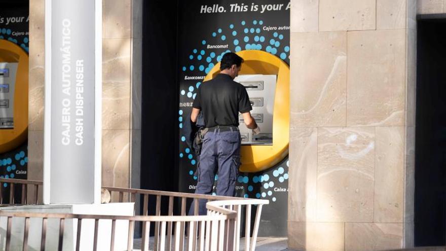 Un ciudadano saca dinero del banco.