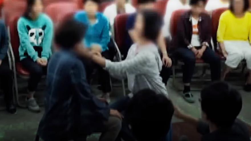 Una de las imágenes en las que Shin Ok-ju agrede a sus seguidores