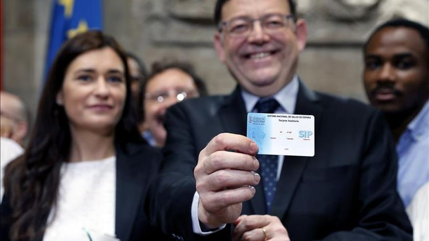 El president Ximo Puig muestra, junto a la consellera Carmen Montón, una tarjeta sanitaria