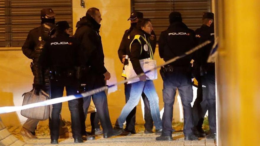 La policía científica en la calle Benjamín Palencia de Getafe, donde dos menores han sido encontrados muertos tras el incendio que se ha producido en su vivienda.