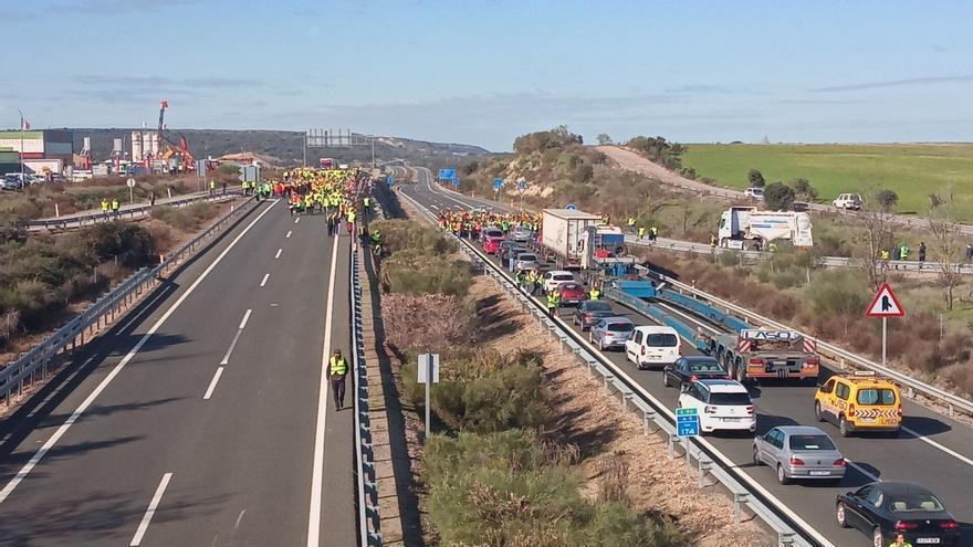 Cientos de agricultores cortan durante más de una hora la A-5 a la altura de Navalmoral de la Mata (Cáceres)
