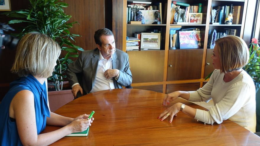 La directora de Relaciones Institucionales y Comunicación de Binter, Noelia Curbelo (d),presentó al alcalde de Vigo,  Abel Caballero, la nueva ruta aérea que pondrá en marcha a partir del próximo día 30 de octubre.