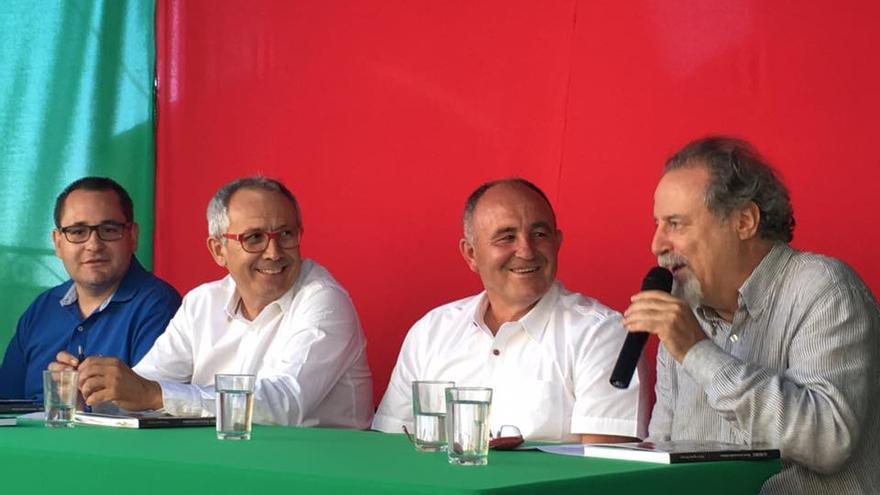 El alcalde de La Huerce, Francisco Lorenzo, y el autor del libro, Pedro Aguilar / Raquel Yela