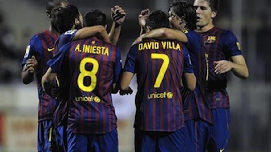 Iniesta es felicitado por sus compañeros tras el gol. (Europa Press)