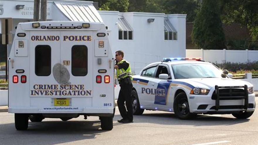 Policía y agentes de CSI en la escena de un tiroteo en el club nocturno Pulse en Orlando, Florida, EE.UU.