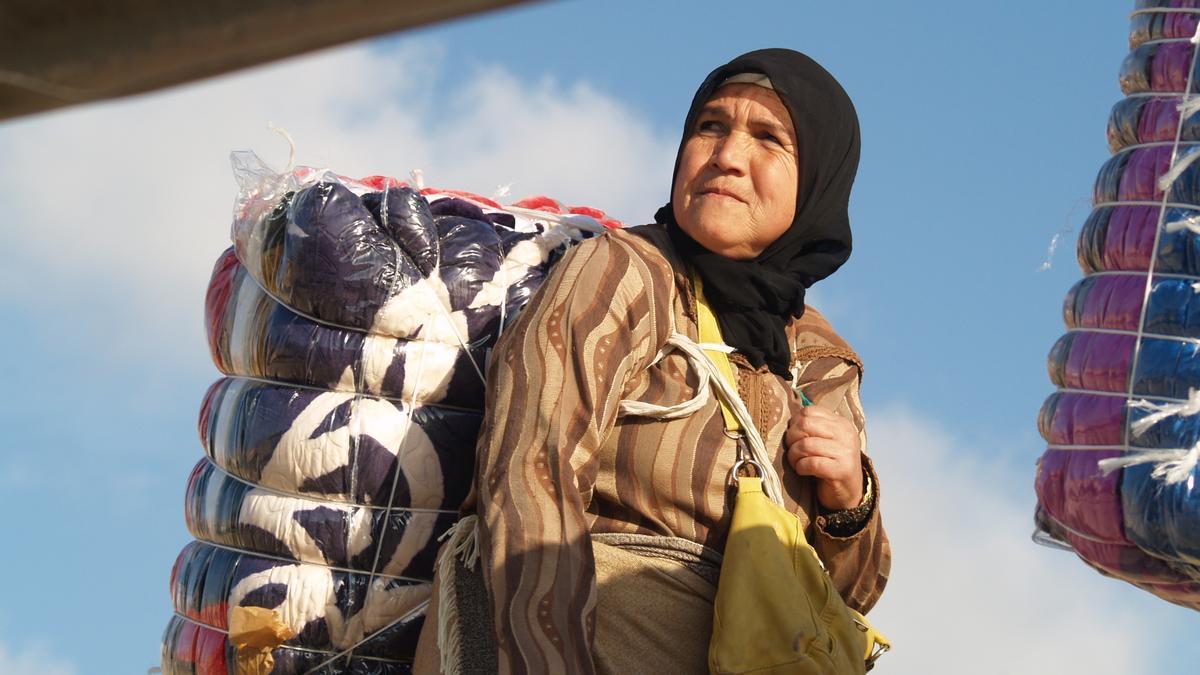 Una mujer portea en Ceuta