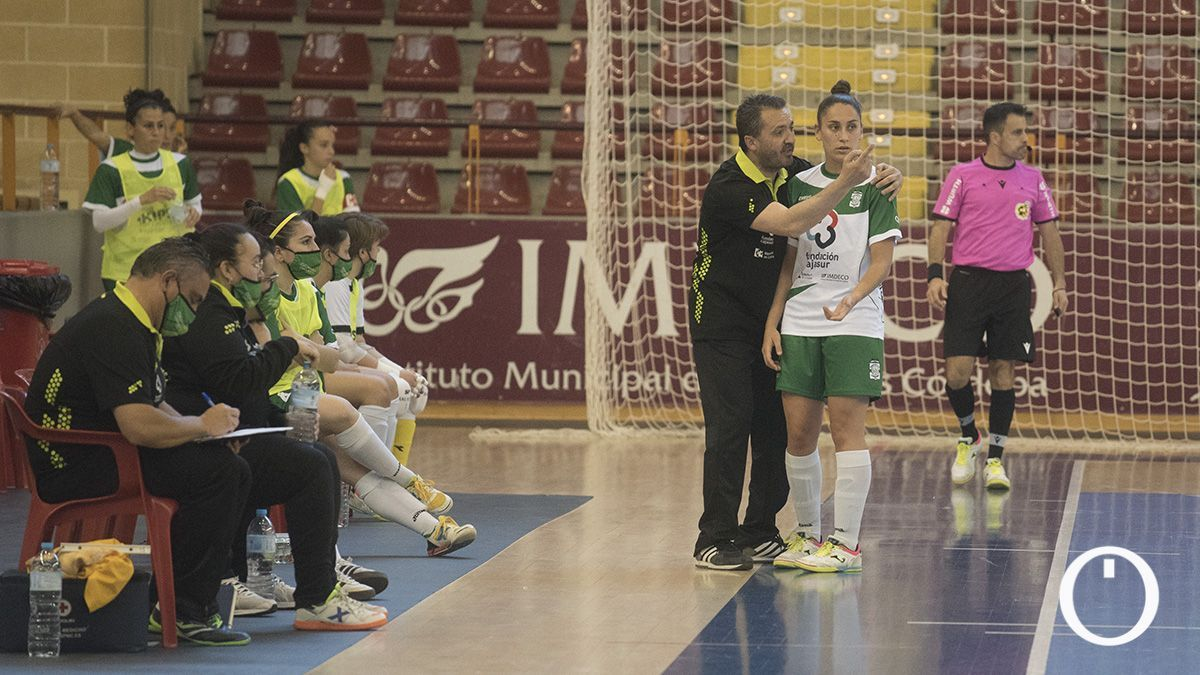 Juanma Cubero da instrucciones durante un partido