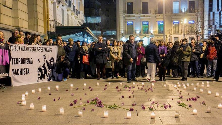 Doscientas personas alzan su voz contra la violencia machista en Zaragoza