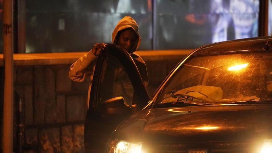 Llegada del vehículo Dacia con matrícula francesa para recoger a los migrantes