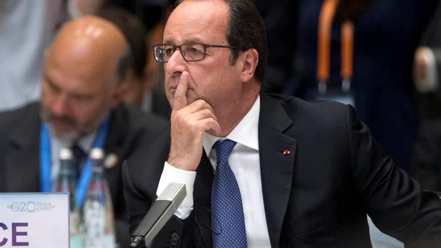 Hollande inicia su curso final enfrentado a deserciones y dudas sobre su futuro