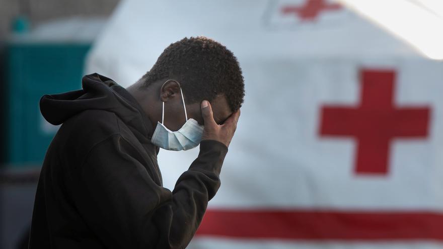 Uno de los hombres rescatados este miércoles al sur de Gran Canaria de una patera perdida desde el pasado lunes.