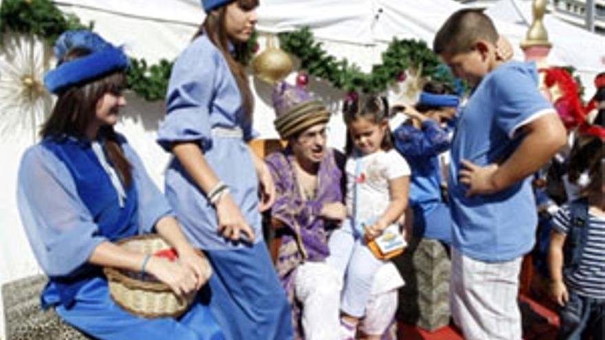 La Casa Galicia recoge alimentos y juguetes dentro de la campaña 'Comparte ilusión'. (ACFI PRESS)