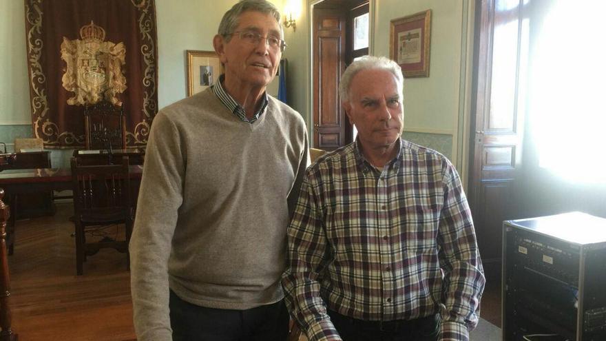 Ángel Díaz-Munío y José Ángel Uriarte Mangado en el Ayuntamiento de Castro Urdiales