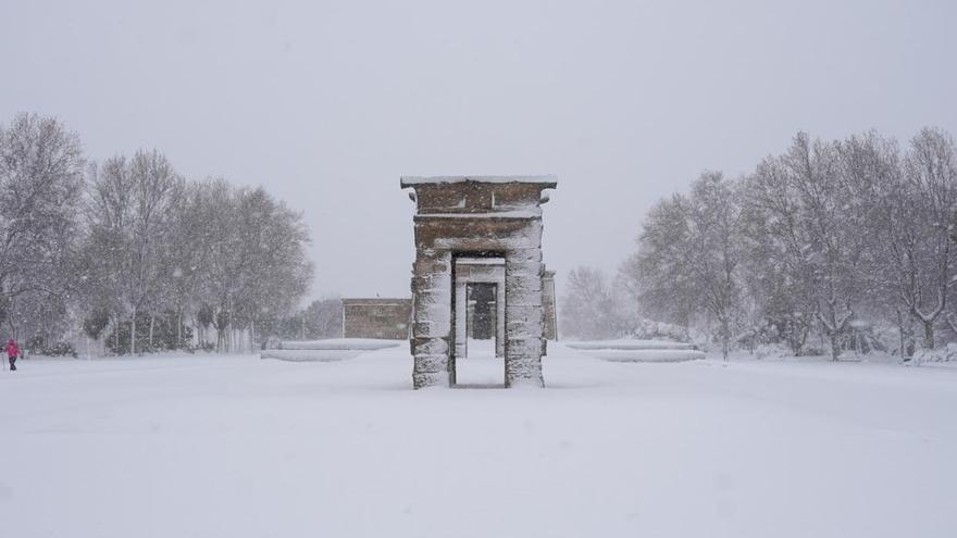El Templo de Debod cubierto de nieve como resultado de la borrasca Filomena, en Madrid (España) a 9 de enero de 2021